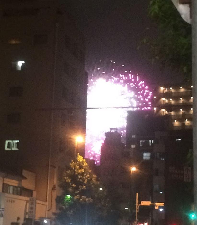 ビルの間から隅田川花火大会